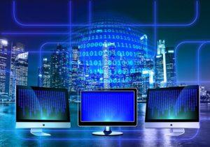 ordinateurs avec des données qui défilent sur leur écran