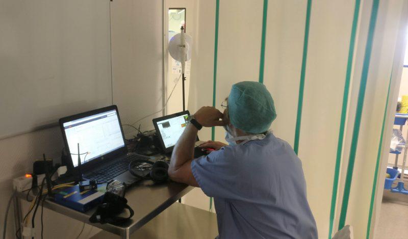 chirurgien contrôle les images transmises du bloc opératoire