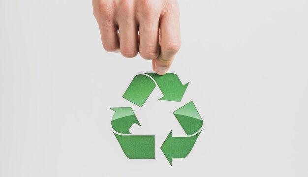 symbole du recyclage tenu dans une main