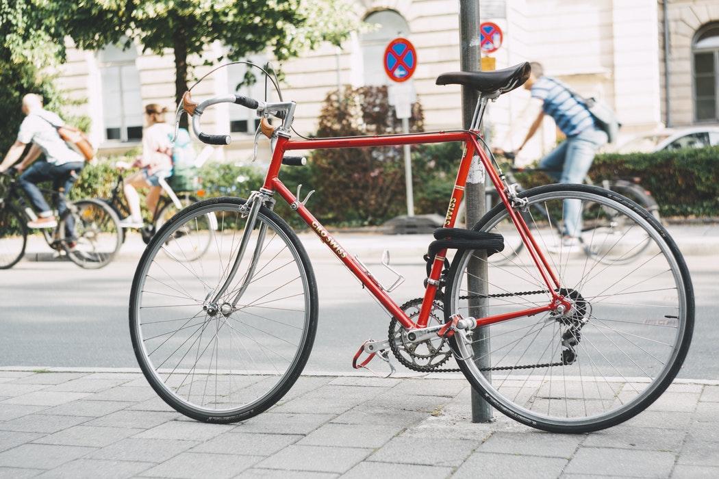 vélo attachée sur un poteau dans la rue