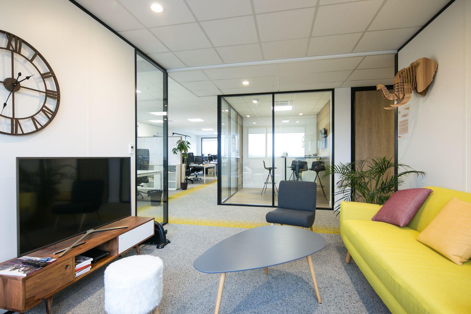 Espace de travail avec une table et un canapé
