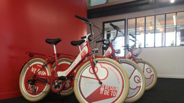 vélos sponsorisés les uns à côté des autres