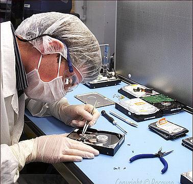 ingénieur recoveo en train de réparer un disque dur