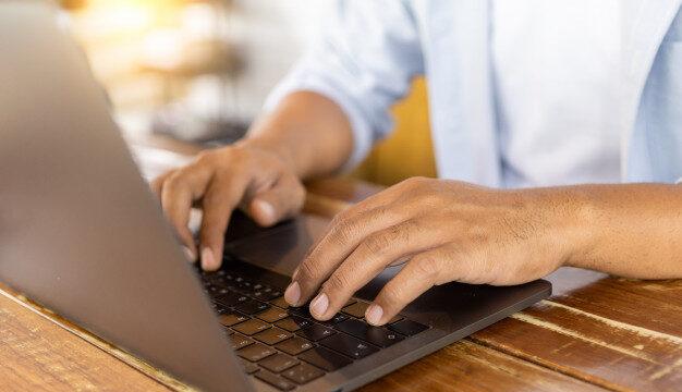 mains sur clavier d'ordinateur